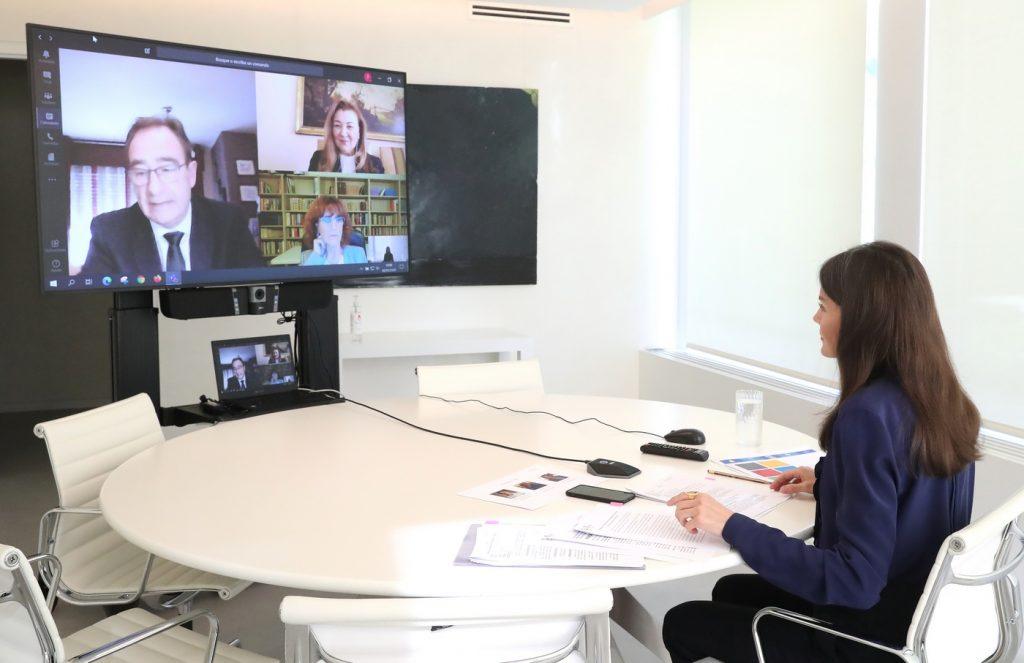 La directora general de FUNDACE, Ana Cabellos, ha participado en una videoconferencia con S.M. la Reina Letizia